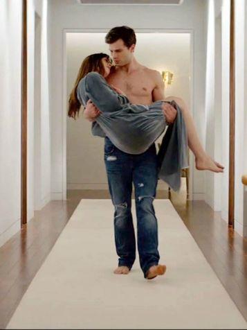 Jamie-Dornan-in-una-scena-di-Cinquanta-sfumature-di-grigio-con-la-co-protagonista-Dakota-Johnson_su_vertical_dyn