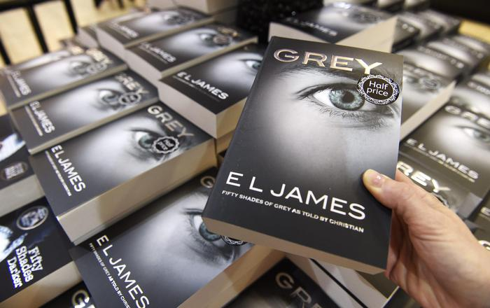 epa04806326 Copies of Grey: Fifty Shades of Grey as Told by Christian by British writer EL James are on display on a bookshop in central London, Britain, 18 June 2015. EPA/FACUNDO ARRIZABALAGA